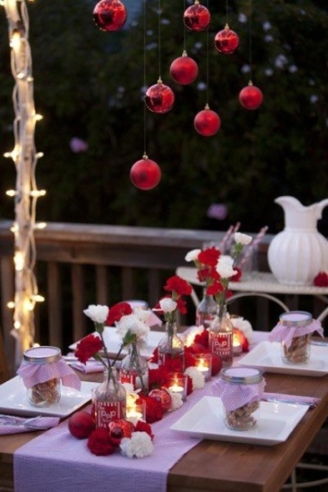 outdoor christmas setting via digs digs