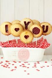 love you rasperry jam filled cookies via kanela y limon