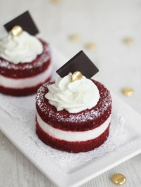 red velvet mini cakes via sprinkle bakes