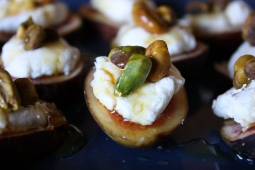 fresh fig canapes via mommypotamus