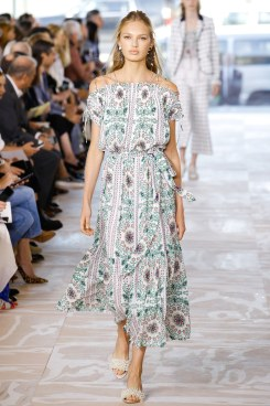 tory-burch-spring2017-rtw-look3-via-vogue-runway