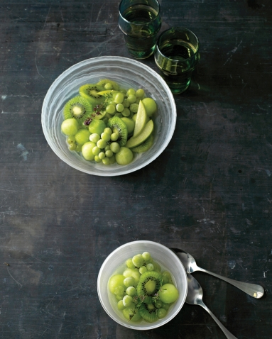 green-fruit-bowl-with-frozen-grapes-via-martha-stewart